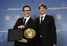 """O apresentador Tom Hooper (D) posa com o vencedor do prêmio de melhor diretor do ano, Michel Hazanavicius, do filme """"O Artista"""", no 64o Prêmio Anual do Sindicato dos Diretores de Hollywood, em Los Angeles. 28/01/2012 REUTERS/Phil McCarten"""