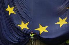 <p>Les chefs d'Etat et de gouvernement de l'Union européenne, réunis lundi à Bruxelles pour discuter croissance, espèrent convaincre les marchés financiers que l'Europe est en passe de résoudre la crise de la dette dans laquelle elle est plongée depuis deux ans. /Photo d'archives/REUTERS/Albert Gea</p>