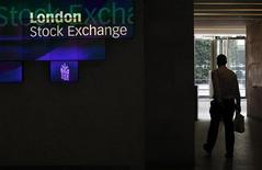 Человек в лобби здания Лондонской фондовой биржи 5 августа 2011 года. Европейские рынки акций снизились в понедельник из-за неспособности Греции договориться с частными кредиторами о реструктуризации долга до начала саммита лидеров Европы. REUTERS/Suzanne Plunkett