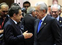 <p>Nicolas Sarkozy en discussion avec le président du Conseil italien Mario Monti (à droite) à Bruxelles. Les chefs d'Etat et de gouvernement de l'Union européenne espéraient ajouter lundi un volet croissance et emploi à leurs politiques d'austérité, et convaincre ainsi les marchés financiers que l'Europe est en passe de résoudre la crise de la dette dans laquelle elle est plongée depuis plus de deux ans. /Photo prise le 30 janvier 2012/REUTERS/Yves Herman</p>