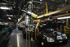 Сборочный цех Автоваза в Тольятти 25 сентября 2009 года. Акционеры Автоваза и альянс Renault- Nissan могут подписать протокол о намерениях по продаже контрольного пакета российского автопроизводителя в конце февраля - середине марта 2012 года, сказал Рейтер источник, знакомый с ходом переговоров. REUTERS/Denis Sinyakov