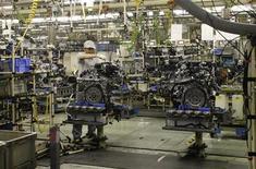 <p>L'indice PMI du secteur manufacturier japonais a progressé à son plus fort rythme en cinq mois en janvier, signe que les entreprises se remettent des interruptions de production liées au séisme du 11 mars dernier. /Photo d'archives/REUTERS/Chang-Ran Kim</p>