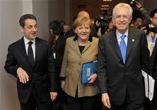 Президент Франции Николя Саркози (слева), канцлер Германии Ангела Меркель и премьер-министр Италии Марио Монти на встрече в Брюсселе 30 января 2012 года. Канцлер Германии Ангела Меркель укрепила свое влияние в Европе в понедельник, когда 25 из 27 государств ЕС договорились о предложенных Берлином правилах бюджетной дисциплины, согласовав действующий на постоянной основе фонд спасения стран региона. REUTERS/Philippe Wojazer