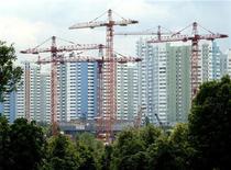 Краны на строительной площадке к юго-западу от Москвы 25 июня 2003 года. Один из крупнейших в РФ девелоперов, группа ЛСР в 2011 году почти удвоила объем новых контрактов до 26 миллиардов рублей, но снизила передачу жилья клиентам до 232.000 квадратных метров с 330.000 годом ранее. REUTERS/Sergei Karpukhin