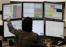 Трейдер в зале Франкфуртской фондовой биржи 30 января 2012 года. Европейские рынки акций открылись ростом, взяв пример с Уолл-стрит, где котировки ценных бумаг восстановились от минимумов дня на фоне надежд, что Греции все же удастся избежать дефолта, а также благодаря итогам саммита лидеров ЕС.  REUTERS/Remote/Pawel Kopczynski