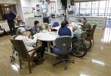 """Дом престарелых в Токио, 10 марта 2009 года. Агентство Standard & Poor's предупредило, что может понизить кредитные рейтинги """"некоторого числа стран с высоким рейтингом"""", входящих в G20, в 2015 году, если их правительства не проведут реформы, чтобы сдержать рост затрат на здравоохранение и других расходов, связанных со старением населения. REUTERS/Issei Kato"""