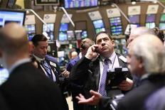 Трейдеры на фондовой бирже Нью-Йорка, 31 января 2012 г. Фондовые индексы США выросли во вторник в начале торгов благодаря сигналам об успехах Европы в борьбе с долговым кризисом. REUTERS/Brendan McDermid