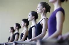 Joy Womack (C), uma dançarina de 17 anos, vai se tornar a primeira norte-americana a se formar no curso da Academia de Balé Bolshoi, em Moscou, nesta primavera. 30/01/2012 REUTERS/Denis Sinyakov