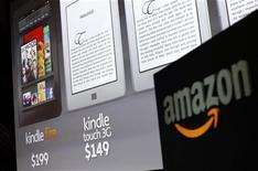 Логотип Amazon на презентации планшета Kindle в Нью-Йорке, 28 сентября 2011 года. Прибыль Amazon.com Inc значительно снизилась в четвертом квартале 2011 года из-за резкого увеличения расходов на расширение и новые сферы бизнеса. REUTERS/Shannon Stapleton