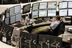 Трейдер сидит перед мониторами на Франкфуртской фондовой бирже, 26 января 2012 г. Европейские рынки акций открылись ростом котировок в среду после укрепления во вторник благодаря превысившим ожидания данным об активности в производственном секторе Китая. REUTERS/Pawel Kopczynski