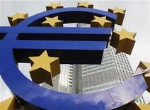 Логотип евро около здания ЕЦБ во Франкфурте-на-Майне, 24 января 2012 года. Четверть банков планирует повысить требования к заемщикам в ближайшие месяцы, значительно ужесточив условия выдачи кредитов в последние несколько месяцев прошлого года, сообщил в среду Европейский Центробанк (ЕЦБ). REUTERS/Lmar Niazman