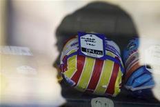 Тень мужчины падает на витрину магазина на оптовом рынке в Ставрополе 22 января 2011 года. Темпы роста индекса потребительских цен в РФ ускорились в первый месяц 2012 года, достигнув 0,5 процента за период с 1 по 30 января по сравнению с 0,4 процента за декабрь 2011 года, сообщил Росстат в среду. REUTERS/Eduard Korniyenko