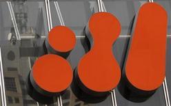 Логотип BHP Billiton на здании центрального офиса компании в Мельбурне, 22 сентября 2010 года. Крупнейшая в мире горнорудная компания BHP Billiton планирует инвестировать дополнительно $779 миллионов в расширение железорудного бизнеса в Австралии, сообщила компания. REUTERS/Mick Tsikas