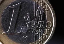 Карта Европы на монете в одно евро, сфотографированной в Париже, 31 января 2012 года. Евро показывает небольшой рост в четверг утром, в то время как австралийский доллар достиг пятимесячного максимума на фоне роста аппетита инвесторов к риску, после того как хорошие данные об активности в производственном секторе в крупнейших странах смягчили худшие опасения рынка по поводу роста мировой экономики. REUTERS/Mal Langsdon