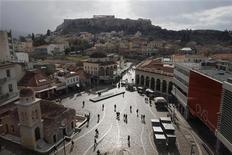 """Вид на площадь Монастираки в Афинах. Фотография сделана 31 января 2012 года. Греция завершила основную часть переговоров о новой программе финансовой помощи с EC, ЕЦБ и МВФ, однако необходимо преодолеть еще несколько """"камней преткновения"""" перед тем, как соглашение будет утверждено, заявил представитель греческого правительства в четверг. REUTERS/John Kolesidis"""