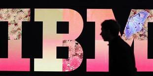 Мужчина проходит мимо логотипа IBM на выставке в Гановере, 27 февраля 2011 года. Американская International Business Machines планирует сократить тысячи рабочих мест в Германии и других странах для снижения издержек и увеличения доходов, сообщил представитель немецкого профсоюза. REUTERS/Tobias Schwarz