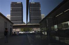 <p>BBVA, deuxième banque d'Espagne, a vu son bénéfice net 2011 chuter de 34,8% (à trois milliards d'euros contre 3,18 milliards attendus) à la suite de provisions pour dépréciations de ses actifs immobiliers et pour charge exceptionnelle. /Photo prise le 22 septembre 2011/REUTERS/Juan Medina</p>