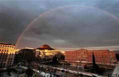 Радуга над греческим парламентом в Афинах 25 января 2012 года. Министры финансов еврозоны намерены согласовать вторую программу помощи Греции в понедельник, надеясь, что это решение укрепит на рынках доверие к государственным финансам еврозоны и поможет сдержать долговой кризис. REUTERS/Yannis Behrakis