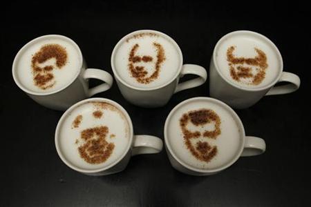 2月1日、大統領選を来月に控えるロシアの首都モスクワにあるコーヒーショップで、候補者5人の似顔絵が描かれたカフェラテによる「模擬選挙」が行われた。写真はプーチン氏(上段中央)らの似顔絵(2012年 ロイター/Sergei Karpukhin)