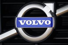 Логотип Volvo на автомобиле в Гётеборге, 20 мая 2010 года. Volvo, второй по величине в мире производитель грузовиков, ощутила в четвертом квартале то, как долговой кризис зоны евро сказывается на спросе в Европе, зафиксировав снижение объема заказов на своем крупнейшем рынке. REUTERS/Bob Strong
