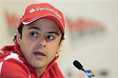 """O piloto brasileiro de Fórmula 1 Felipe Massa, da Ferrari, fala durante uma coletiva de imprensa, na reunião anual da equipe com a mídia, em Madonna di Campiglio. A Ferrari apresentou pela Internet o modelo de seu novo carro para a temporada 2012 da Fórmula 1  e deu um """"recado gelado"""" a Massa para melhorar o desempenho este ano. 12/01/2012  REUTERS/Alessandro Bianchi"""