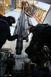 Рабочие следят за добычей нефти на месторождении под Красноярском, 14 апреля 2010 года. Доказанные запасы нефти компании Башнефть по стандартам PRMS увеличились до 1,984 миллиарда баррелей на конец 2011 года с 1,911 миллиарда баррелей на конец 2010 года, сообщила компания. REUTERS/Ilya Naymushin