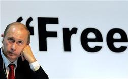 Владимир Путин во время 59-ого Всемирного газетного конгресса в Москве, 5 июня 2006 года.  Кандидат в президенты России Владимир Путин заинтересовался интернетом как формой осуществления демократии и пригласил пользователей помочь Госдуме писать законы, отказавшись от анонимности в сети. REUTERS/ITAR-TASS/PRESIDENTIAL PRESS SERVICE