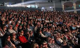 """Зрители на 37 Фестивале американского кино в Довиле, 3 сентября 2011 г. Фантастический фильм """"Хроника"""", рассказывающий о том, что бывает, если неожиданно приобрести сверхспособности и начать злоупотреблять ими, стал лидером проката Северной Америки на выходных. REUTERS/Regis Duvignau"""