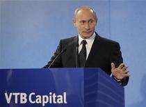 Премьер-министр России Владимир Путин на форуме ВТБ в Москве, 29 сентября 2009 года. Второй по величине госбанк РФ ВТБ выкупит у мелких акционеров акции за счет прибыли, а не госсредств, пообещал возвращающийся в президенты премьер-министр Владимир Путин. REUTERS/RIA Novosti/Pool/Alexei Druzhinin
