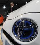 Мужчина смотрит на автомобиль Toyota в выставочном зале в Токио, 7 февраля 2012 года.  Квартальная прибыль Toyota Motor Corp выросла на 51 процент в годовом исчислении, несмотря на сильную иену и наводнения в Таиланде. REUTERS/Kim Kyung-Hoon
