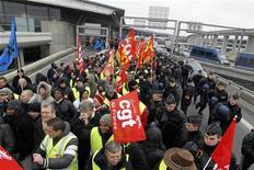 Демонстранты на акции протеста перед Международным аэропортом им. Шарля де Голля под Парижем, 6 февраля 2012 года. Air France отменила во вторник половину рейсов на дальние расстояния в связи с активизацией протестов летного персонала, сообщила пресс-секретарь компании. REUTERS/Gonzalo Fuentes