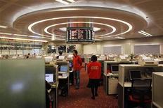 Трейдеры работают в торговом зале Гонконгской фондовой биржи, 2 марта 2011 года. Фондовые рынки Азии во вторник не изменились, ожидая итога переговоров в Греции о болезненных реформах в обмен на программу финансовой поддержки от международных кредиторов. REUTERS/Bobby Yip