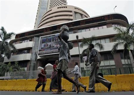 Commuters walk past the Bombay Stock Exchange (BSE) building in Mumbai May 21, 2010. REUTERS/Rupak De Chowdhuri/Files