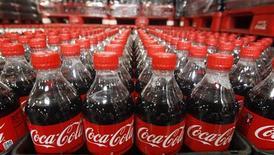Бутылки Coca-Cola на складе завода компании в США, 10 марта 2011 г. Квартальные результаты Coca-Cola Co, превысившие прогнозы, а также представленная компанией новая программа сокращения издержек помогли акциям ведущего мирового производителя безалкогольных напитков вырасти на 1 процент перед открытием торгов в США. REUTERS/George Frey