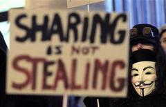 """Демонстрант в маске Гая Фокса принимает участие в протесте в Брюсселе, 28 января 2012 г. Хакер обнародовал во вторник исходный код антивирусной утилиты pcAnywhere компании Symantec, породив опасения, что теперь и другие смогут найти """"дырки"""" в этом продукте и попытаются получить доступ к компьютерам пользователей. REUTERS/Yves Herman"""