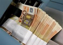 Купюры валюты евро в Центробанке Бельгии в Брюсселе 8 декабря 2011 года. Евро вырос к доллару до максимума двух месяцев в среду на волне закрытия коротких позиций, вызванной надеждами инвесторов на соглашение лидеров Греции о реформах ради повторной серии кредитов, которые помогут Афинам избежать дефолта. REUTERS/Yves Herman