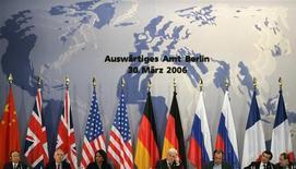 """Министры иностранных дел стран - постоянных членов Совета Безопасности ООН и Германии выступают на пресс-конференции в Берлине 30 марта 2006 года. Российское вето антисирийской резолюции в Совете Безопасности ООН - не только защита близкого союзника и покупателя вооружений, но еще и доказательство намерений Москвы помешать Западу использовать ООН для """"крестового похода"""" против недружественных режимов. REUTERS/Tobias Schwarz"""