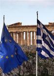 Флаги ЕС и Греции на Акропольском холме в Афинах, 8 февраля 2012 года. Политические лидеры Греции к утру четверга так и не смогли утвердить программу суровых реформ и мер строгой экономии, необходимую для получения новой финансовой помощи, но премьер-министр Лукас Пападемос сказал, что они постараются достичь соглашения в ближайшие часы. REUTERS/Yannis Behrakis