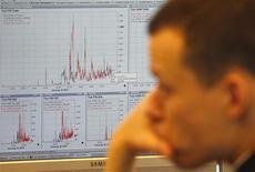 Работник Банка Италии за рабочим столом, Рим, 16 января 2012 года. Российские фондовые индексы колеблются в четверг с минимальными изменениями, в то время как многие игроки распродают акции Роснефти и ВТБ, разочаровавших рынок корпоративными новостями. REUTERS/Tony Gentile
