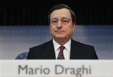 Президент ЕЦБ Марио Драги на ежемесячной пресс-конференции во Франкфурте-на-Майне 09 февраля 2012 года. Первичные признаки стабилизации еврозоны сохранялись в течение последнего месяца, но неопределенность остается высокая, сказал в четверг президент Европейского Центробанка Марио Драги после решения банка сохранить рекордно низкую ключевую ставку на уровне 1,0 процента. REUTERS/Alex Domanski