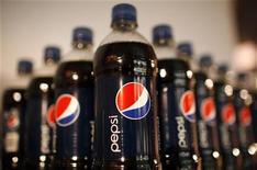 Бутылки Pepsi на собрании инвесторов компании в Нью-Йорке, 22 марта 2010 г. PepsiCo Inc планирует влить от $500 миллионов до $600 миллионов в поддержку своего бренда в Северной Америке, где ее продажи отстают от Coca-Cola Co. REUTERS/Mike Segar