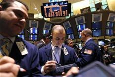Трейдеры на торгах Нью-Йоркской фондовой биржи 7 февраля 2012 года. Фондовые индексы США подросли в начале торгов четверга после сообщений о том, что лидеры Греции договорились о жестких мерах экономии ради получения нового транша международной финансовой помощи, а также на фоне хорошей статистики безработицы в США. REUTERS/Brendan McDermid