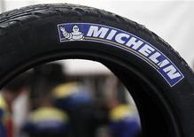 <p>Michelin fait état d'un résultat opérationnel de 1.945 millions d'euros en 2011 et dit viser pour 2015 un résultat opérationnel porté à 2,5 milliards d'euros. /Photo d'archives/REUTERS/Régis Duvignau</p>