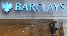 <p>Barclays fait savoir que sa banque d'investissement a terminé 2011 sur le pire trimestre qu'elle ait connue en trois ans, la crise de la zone euro ayant affecté sensiblement le trading obligataire, ainsi que le bénéfice annuel de la banque. La quatrième banque britannique par la capitalisation a fait état d'un bénéfice imposable de 5,9 milliards de livres (7,0 milliards d'euros) en 2011, en baisse de 3%. /Photo prise le 15 février 2011/REUTERS/Paul Hackett</p>