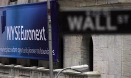 <p>Nyse Euronext a de très peu battu le consensus au quatrième trimestre, en annonçant vendredi un bénéfice en hausse de 13% à 212 millions de dollars (160 millions d'euros) et ses résultats reflètent un ralentissement de certains de ses marchés de base. /Photo d'archives/REUTERS/Eric Thayer</p>