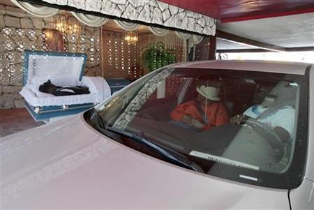 2月8日、米カリフォルニア州ロサンゼルス近郊のコンプトンにある「ドライブスルー葬儀場」が、新たな葬儀方法として注目を集めている(2012年 ロイター/Lucy Nicholson)