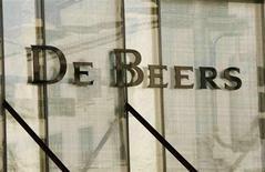 Логотип компании De Beers на стене магазина на Родео-Драйв в Беверли-Хиллс, штат Калифорния, 5 августа 2008 года. Алмазодобывающая компания De Beers увеличила прибыль на 21 процент в 2011 году благодаря рекордным продажам в начале года, но сократила добычу. REUTERS/Fred Prouser