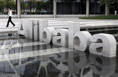<p>Alibaba prévoit de retirer de la Bourse de Hong Kong sa filiale Alibaba.com, ont rapporté deux sources proches du dossier, dans le cadre d'un accord complexe qui apporterait à son actionnaire Yahoo du numéraire et une participation directe dans l'une des entités du groupe chinois de commerce en ligne. /Photo prise le 11 août 2011/REUTERS/Steven Shi</p>