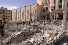 Сотрудники служб безопасности работают на месте взрыва в Алеппо 10 февраля 2012 года. Двадцать пять человек погибли и 175 получили ранения в результате двух взрывов в сирийском городе Алеппо, сообщило в пятницу государственное телевидение со ссылкой на министерство здравоохранения. REUTERS/George Orfalian