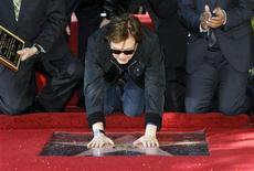 O cantor britânico Paul McCartney toca a sua estrela na Calçada da Fama em Hollywood, na Califórnia. 09/02/2012  REUTERS/Mario Anzuoni